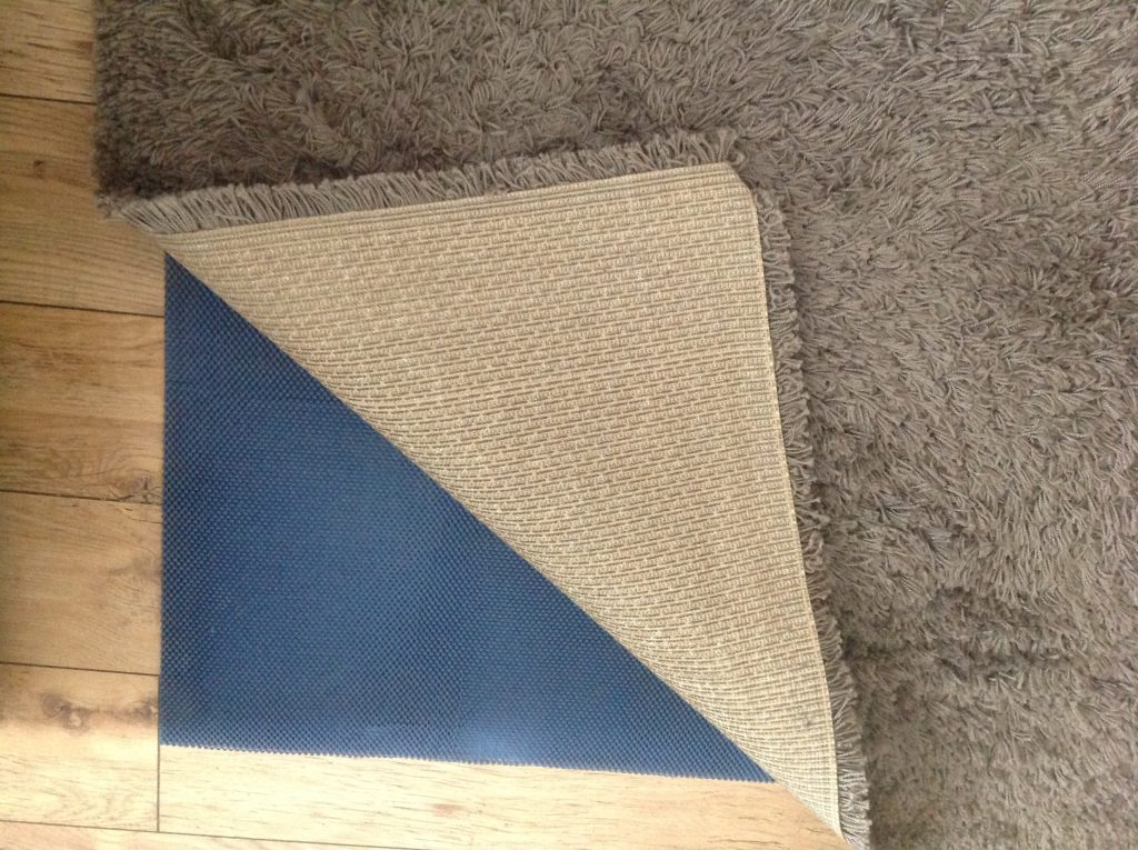 Sharp pile rug with underlay